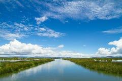 meer Titicaca en weerspiegelde hemel Stock Foto's