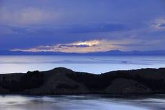 Meer Titicaca zoals die van Isla del Sol wordt gezien Stock Fotografie
