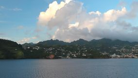 Meer, Tropeninsel und Wolken Kingstown, Heiliges Vincent und Grenadinen stock video footage