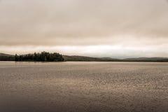 Meer twee van Canada Ontario donkere atmosfeer van de rivieren de grijze ochtend weinig pinetreeeiland op wateralgonquin Nationaa royalty-vrije stock foto's