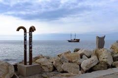 Meer, Ufer und Schiff Lizenzfreie Stockbilder