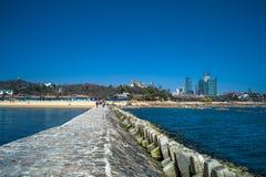 Meer und Anlegestelle in Qingdao, Chin stockbilder