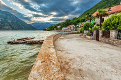 Meer und Berge im schlechten regnerischen Wetter Lizenzfreie Stockbilder