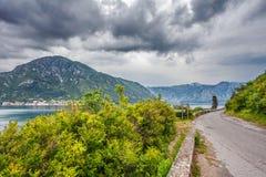 Meer und Berge im schlechten regnerischen Wetter Stockfotos