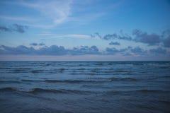 Meer und bewölkter Himmel am Abend Lizenzfreies Stockbild