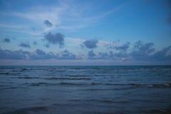 Meer und bewölkter Himmel am Abend Lizenzfreie Stockfotos