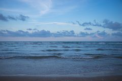 Meer und bewölkter Himmel am Abend Stockbild