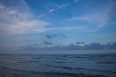 Meer und bewölkter Himmel am Abend Lizenzfreie Stockbilder