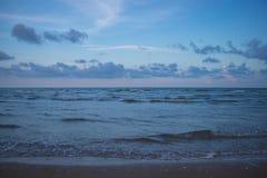 Meer und bewölkter Himmel am Abend Lizenzfreie Stockfotografie