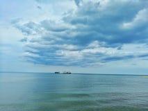 Meer und blauer Himmel Stockbild