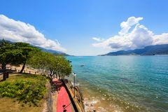 Meer und blauer Himmel, Fahrradweg auf der Ufergegend lizenzfreies stockfoto