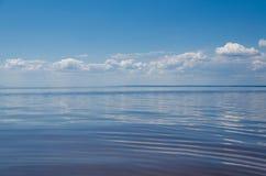 Meer und blauer Himmel mit Wolken Stockbild
