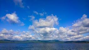 Meer und blauer Himmel Weiße Wolken über See RAUM FÜR BEDECKUNGSschlagzeile UND TEXT Stockfotografie