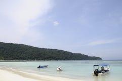 Meer und Boote auf Sand setzen in Malaysia auf den Strand Stockfoto