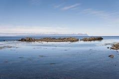 Meer und Felsen in Island lizenzfreie stockbilder
