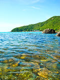 Meer und Felsen in KOH lan Thailand lizenzfreie stockfotos
