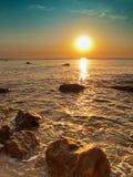 Meer und Felsen am Sonnenaufgang Lizenzfreies Stockfoto