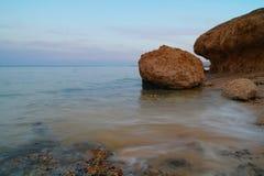 Meer und Felsen am Sonnenuntergang Rotes Meer, Ägypten lizenzfreie stockbilder