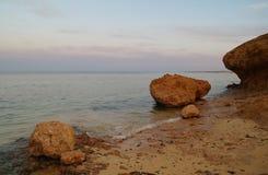 Meer und Felsen am Sonnenuntergang Rotes Meer, Ägypten stockbild