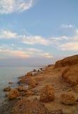 Meer und Felsen am Sonnenuntergang Rotes Meer, Ägypten lizenzfreie stockfotos