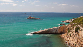 Meer und felsige Küste Ibiza, Spanien stock footage
