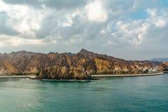 Meer und felsige Ufer in den Fjorden des Golfs von Oman stockbilder