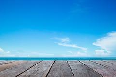 Meer und hölzerner Gehweg Stockfoto