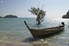 Meer und hölzernes Boot, Krabi, Thailand Lizenzfreies Stockfoto