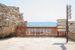 Meer und Hinweiszeichen im alten byzantinischen Park in Caesarea - Caesarea 2015 in Israel Stockfoto