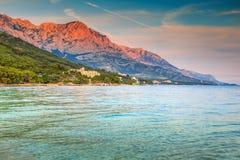 Meer und hohe Biokovo-Berge, Brela, Makarska Riviera, Dalmatien, Kroatien Lizenzfreie Stockbilder