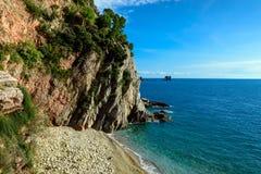 Meer und Küstenlinie gestalten nahe Petrovac-Stadt in Montenegro landschaftlich Stockbilder