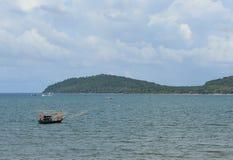 Meer und kleines Fischerboot Stockbilder