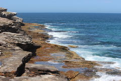 Meer und Klippe Stockbild