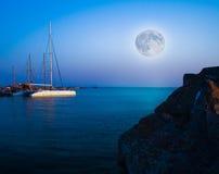 Meer und Mond in der Nachtlandschaft Lizenzfreie Stockfotografie
