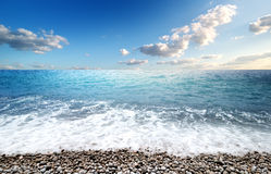 Meer und Pebble Beach Lizenzfreie Stockfotografie