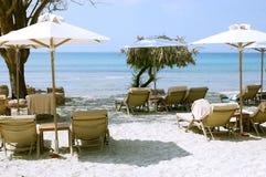 Meer und Regenschirme in Griechenland Lizenzfreies Stockfoto
