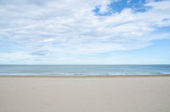 Meer und Sand auf dem Strand im blauen Himmel stockfotografie
