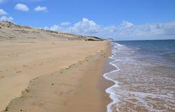 Meer und sandiger Strand Lizenzfreie Stockbilder