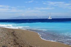 Meer und Segelboot Lizenzfreies Stockbild