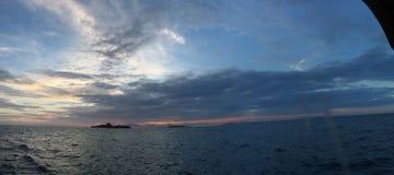 Meer und Sonnenuntergang Panaramic über dem maledivischen Ozean in Süd-ari atol lizenzfreie stockbilder