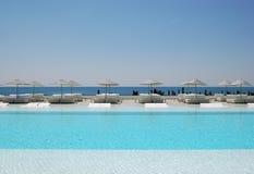 Meer und Swimmingpool Stockfotografie
