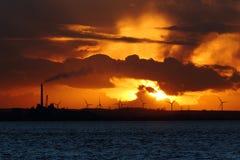 Meer und Windkraftanlagen Stockfotografie