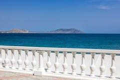 Meer und Zaun mit weißen Balustern stockfotografie