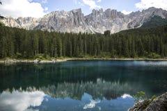 Meer van carezza Meer Carezza met Onderstel Latemar, de provincie van Bolzano, Zuid-Tirol, Italië Lago Di Carezza meer of Karerse stock foto's