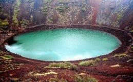 Meer van de Kerid het vulkanische krater in IJsland stock afbeelding