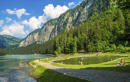 Meer van Montriond, natuurlijk meer in Haute Savoie -gebied, Franse Alpen royalty-vrije stock afbeeldingen