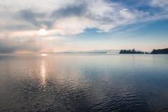 Meer Varese en, aan het recht, het eilandje Virginia; Biandronno, provincie van Varese, Italië Stock Fotografie