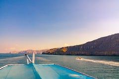 Meer, Vergnügungsdampfer, felsige Ufer in den Fjorden des Golfs von Oman stockfotografie