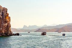 Meer, Vergnügungsdampfer, felsige Ufer in den Fjorden des Golfs von Oman stockfoto