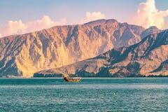Meer, Vergnügungsdampfer, felsige Ufer in den Fjorden des Golfs von Oman lizenzfreie stockfotografie